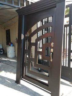 Puerta Principal Doble De Herrería Forja - $ 29,500.00 Front Gate Design, Main Gate Design, Door Gate Design, Metal Gates, Iron Gates, Mission Style Homes, Stairs And Doors, Front Door Colors, Iron Doors