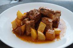 Aprende a preparar costillas en salsa con patatas fritas - ¡Irresistiblemente ricas! con esta rica y fácil receta. Esta vez preparamos RecetasGratis y yo unas... Le Chef, Tacos, Mexican, Beef, Food, Chips, Homemade Recipe, Treats, Rib Recipes