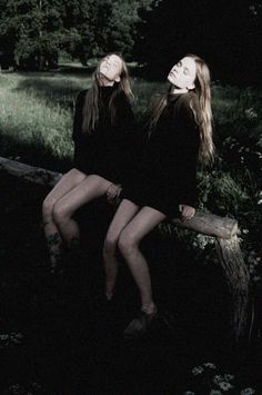 """Inka and Neele Hoeper in """"Sisters"""" by Lina Scheynius for Zeit July 2013 Ideas Para Photoshoot, Poses Photo, Inka, Wow Art, Monochrom, Two Girls, Look At You, Character Inspiration, Divas"""