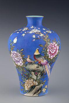 "102、A PAIR OF FAMILLE-ROSE ""BIRDS AND FLOWER"" VASES Qing Dynasty, Qian Long (1736 - 1795) 38.0 cm. (15 in.) High - 清乾隆天蓝釉洋彩锦鸡牡丹图梅瓶-2.jpg (1000×1500)"