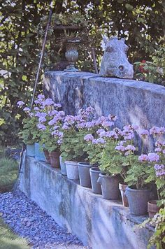 Kevät tulee puutarhaan nopeasti ruukkujen avulla. Ulko-oven edusta on paras paikka ruukuille ympäri vuoden. Keväisin ruukkuja kannattaa a... Fountain, Pots, Gardening, Outdoor Decor, Home Decor, Decoration Home, Room Decor, Lawn And Garden, Water Fountains