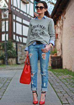 Una combinación perfecta, con denim, jersey gris con mensaje y accesorios rojos.
