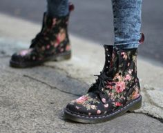 Doc Martens have been in style for almost 60 years, discover what made them so popular. We also discuss how to wear them in style! Dr. Martens, Doc Martens Boots, Botas Dr Martens, Dr Martens Outfit, White Doc Martens, Cute Shoes, Me Too Shoes, Floral Dr Martens, Victorian Boots