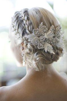 Prachtig deels ingevlochten en laag opgestoken kapsel met een mooi glinsterende haaraccessoire. Vooral mooi bij de jongere bruiden. www.johnbeerens.com