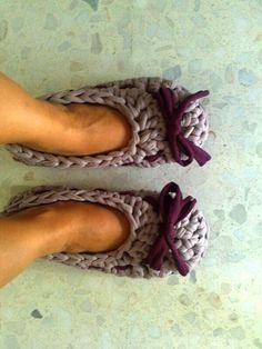 Sabatilles d'anar per casa ganxet XL Crochet Shoes, Crochet Slippers, Cute Crochet, Knit Crochet, Knitting Club, Loom Knitting, Cotton Cord, Macrame Dress, Fabric Yarn