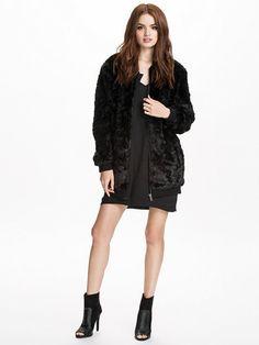 Lexa Jacket I Bomber-inspirerad fuskpälsjacka för frusna EBM-fashionistas! I Nelly.com 1495 SEK