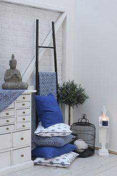 #kremmerhuset #hjem #husoghjem #fådetfint #vakkert #stilrent #interiør #inspirasjon #hjemmedekor #style #stylist #stilleben #nordisk #inspiration #home #homedecor #mood #puter #putetrekk #pillows #patterns #mønster #location #homestyle #vår #blue #black #white #blått #oliventre #buddha #fuglebur #stige