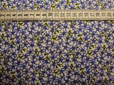 Blomster/sommerfugl serie p� Patchworkstof - bl� - er et super flot stykke hvidt patchwork stof med masser af sm� bl� blomster.