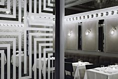 Charles Restaurant, NY - view with glass partition