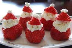 15 easy DIY ideas for adorable Christmas treats- Strawberry Santas! Christmas Desserts, Holiday Treats, Christmas Treats, Christmas Baking, Holiday Recipes, Christmas Foods, Xmas Food, Christmas Berries, Christmas Appetizers