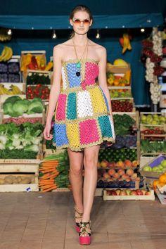 Moschino Cheap & Chic Primavera/ Verão 2012 | Moda em Crochê. Vestido de crochê. Crochet dress, fashion, granny square
