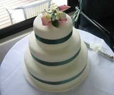Add ribbons in your wedding colors and top your cake with fresh flowers for a classy and cheap way to decorate your wedding cake. Check here to find out what flowers are toxic on wedding cakes so that you avoid them. Wedding Cake Fresh Flowers, Fresh Flower Cake, Wedding Colors, Cheap Wedding Cakes, Wedding Cake Decorations, Wedding Cake Inspiration, Bridezilla, Ribbons, Cake Decorating