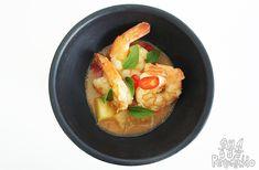 Camarão thai ao curry vermelho com abacaxi