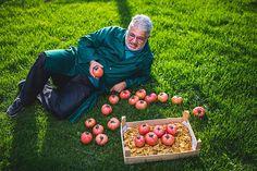 Lächelnden Arbeiter halten Tomaten Watermelon, Fruit, Food, Worker Bee, Tomatoes, Essen, Meals, Yemek, Eten