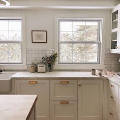 Modern And Trendy Kitchen Cabinets Ideas And Design Tips – Home Dcorz Country Kitchen, New Kitchen, Kitchen Decor, Kitchen Design, Medium Kitchen, Kitchen Ideas, Green Kitchen Cabinets, Kitchen Cabinet Colors, Kitchen Counters