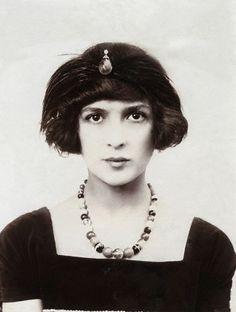 Julia James close up by Bassano,1914  SHE LOOKS SO MODERN