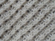 Point tricot : le point de la mariée Sur un nombre multiple de 4 +1 +1m. lis. à chaque extrémité Knitting Stiches, Crochet Stitches, Hand Knitting, Plaid Crochet, Knit Crochet, Knitting Projects, Knitting Tutorials, Stitch Patterns, Needlework
