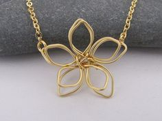 Wire flower necklace in gold