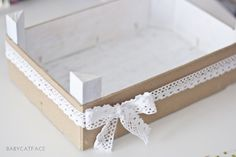 DIY: Cómo reutilizar un cajón de fresas - Federica Castelli - Decoupage Table, Diys, Fruit Box, Ideas Para Fiestas, Wooden Boxes, Diy Art, Diy Wedding, Diy And Crafts, Diy Projects