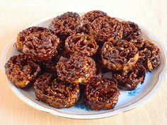 Le cartellate pugliesi sono un dolce arcaico tipico del periodo natalizio. Fatte solo con farina, olio e vino, le cartellate vengono fritte e poi condite con vincotto o miele.
