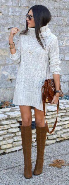 Длинный белый свитер-платье с высокими сапогами