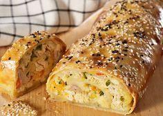 Μια συνταγή για μια εύκολη κοτόπιτα, τυλιγμένη σε ρολό σφολιάτας, ιδιαίτερα γευστική για ορεκτικό ή και κυρίως πιάτο. Εντυπωσιάστε τους καλεσμένους σας με Savoury Baking, Savoury Cake, Food Network Recipes, Cooking Recipes, Greek Pastries, The Kitchen Food Network, Good Food, Yummy Food, Yummy Yummy
