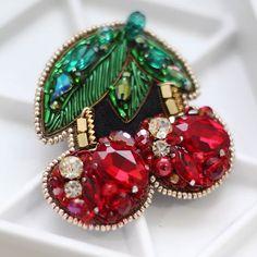 Пока вся лента пестрит новогодними картинками, вишни точно бросятся в глаза Такие красивые вышли ❤ Брошка в наличии, размер 6,5 на 7 см, стоимость со скидкой -2200р Beaded Brooch, Beaded Jewelry, Felt Patterns, Sewing Patterns, Beaded Crafts, Beading Projects, Ornament Wreath, Stone Rings, Beaded Embroidery
