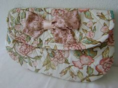 Carteira feita em tecido 100% algodão.Mede aproximadamente 28cm de largura e 16cm de altura. R$ 79,00