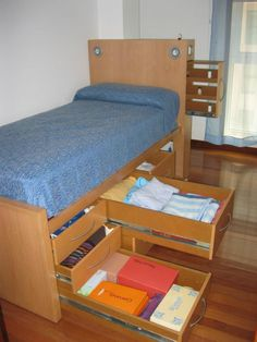 Cama con cajones. Bed with drawers