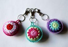 mumsboven: sleutelhanger of tashanger?(markers for knitting or on a key chain) Crochet Diy, Crochet Amigurumi, Crochet Motifs, Love Crochet, Crochet Gifts, Crochet Flowers, Crochet Patterns, Thread Crochet, Crochet Mignon