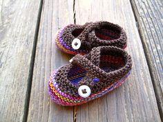 For sweet little feet: Sarrtje's Bootees by Saartje de Bruijn Baby Knitting Patterns, Christmas Knitting Patterns, Crochet Stitches Patterns, Baby Patterns, Crochet Pattern, Baby Booties Knitting Pattern, Crochet Baby Booties, Crochet Shoes, Knit Or Crochet