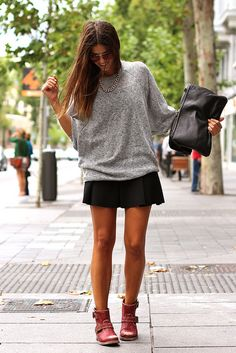 trendy_taste-street_style-look-outfit-grey_sweater-knit_sweater-jersey_punto_gris-sendra-red_booties-rojo_desgastado-botines_tachuelas-stude...