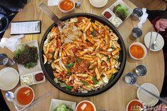 Scharf mariniertes Hühnchenfleisch, gebraten mit Chinakohl und Reisnudeln (Chuncheon Dalkgalbi; 춘천 닭갈비)