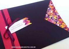 Convite de 15 anos com envelope roxo e impressão digital. Convite de debutante colorido e com estampa Missoni. Laço de cetim pink e roxo.