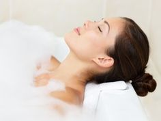 Take a nice relaxing bath after a hard day's work. - 40 Life-Changing Ways to Use Epsom Salt in Your Everyday Life Epsom Salt Cleanse, Epsom Salt Foot Soak, Hydrogen Peroxide Uses, Peroxide Hair, Acne Face Mask, Natural Acne Remedies, Therapeutic Grade Essential Oils, Relaxing Bath, Belleza Natural