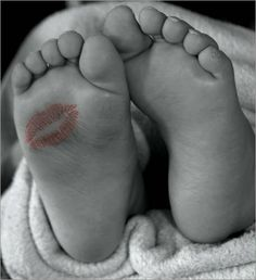 Love this newborn pic! Article about 10 motherhood guilt trips to kiss good-bye today Photo Bb, Jolie Photo, Hand Photo, Foto Newborn, Newborn Shoot, Guilt Trips, Foto Baby, Baby Poses, Newborn Pictures
