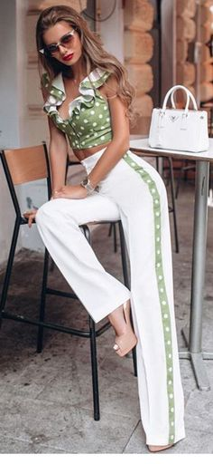 I like this pin up style Fashion Pants, Look Fashion, Runway Fashion, Fashion Outfits, Womens Fashion, Fashion Design, Casual Chic, Casual Wear, Casual Dresses