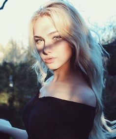 Discovered by Melinda. Find images and videos about girl, hair and blonde on We Heart It - the app to get lost in what you love. Pretty People, Beautiful People, Grunge Hair, Tumblr Girls, Green Hair, Green Eyes, Hairstyles With Bangs, Aesthetic Girl, Pretty Face