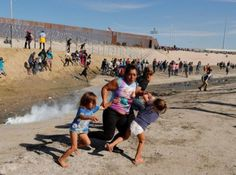 A migrant family part of a caravan of thousands traveling from Central America en route to the United States run away from tear gas in front of the border wall between the U.S and Mexico in Tijuana Mexico November 25 REUTERS/Kim Kyung-Hoon Donald Trump, Muro Do Mexico, Honduras, Caricatures, Usa Immigration, San Diego, 26 November, Illegal Aliens, Us Border