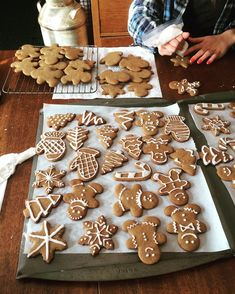 Image about food in Adocicada by cinderelamodernizada Imagem de christmas, food, and winter Christmas Feeling, Noel Christmas, Merry Little Christmas, Christmas Treats, Christmas Baking, All Things Christmas, Winter Christmas, Christmas Cookies, Christmas Decorations