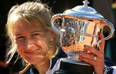 1999: Steffi Graf beat Martina Hingis 4–6, 7–5, 6–2. Graf to became the first player in the Open Era to defeat the 1st, 2nd and 3rd ranked players in the same Grand Slam tournament; defeating No. 2 Davenport in the quarterfinals, No. 3 Seles in the semifinals and No. 1 Hingis in the final. Graf equalled Chris Evert's record of nine French Open final appearances, and extended her record of total Open Era Grand Slam singles victories to 22. The last Grand Slam title Steffi Graf would ever win.