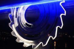 Et gigantisk, lyssatt sagblad skjærer i furen mellom ei gangbru og ei jernbanebru i «flisbyen» Lillestrøm – og anskueliggjør på mange måter byens historie så vel som fremtidsvyer og ambisjoner.  Kunstnerparet Liv Anne Lundberg og Kyrre Andersen har står bak verket som er gitt til Kunstparken i Lillestrøm av  Skedsmo Kommune, Akershus Kunstsenter og Lillestrøm Banken.
