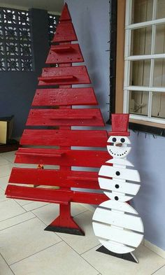Pallet trees are super easy DIY Christmas decorations that you can make for almost nothing So if you need some inexpensive rustic Holiday decor ideas try these christmas tree decor Inexpensive Rustic Christmas Decorations – Pallet Christmas Trees Christmas Wood Crafts, Pallet Christmas Tree, Diy Christmas Decorations Easy, Christmas Garden, Outdoor Christmas, Rustic Christmas, Christmas Projects, Christmas Diy, Christmas Ornaments