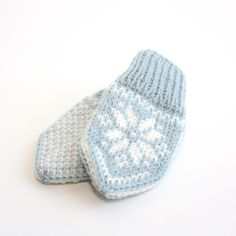 Baby Selbu mittens with a traditional Norwegian (or Scandinavian) pattern. Suitable for beginners who want to learn how to knit mittens or in fairisle/multiple colours from charts! Gifts For Pregnant Friend, Expecting Mom Gifts, Mittens Pattern, Knit Mittens, Drops Design, Animal Knitting Patterns, Crochet Patterns, Free Knitting, Baby Knitting