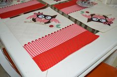 O jogo americano é feito em tecido de algodão e estruturado com manta acrílica.