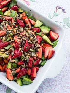 Sommersalat med jordbær? Få opskrifterne på 10+ sprøde sommersalater. Jeg elsker særligt denne opskrift på sommersalat med jordbær, avokado og pinjekerner.