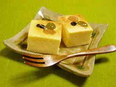 甘酒のチーズケーキ 酒粕消費にも。生地自体の甘さが控えめなので、甘納豆を省く場合は砂糖を増やして下さい。桜花を飾ってもかわいいです。 さぶ餅 材料 (15㎝角形1台) クリームチーズ 100g ☆酒粕 50g ☆牛乳 大2 砂糖 40g 生クリーム 1/2カップ 卵黄 M1個分 全卵 M1個 生姜の絞り汁 小1.5〜2(好みで加減) 薄力粉orコーンスターチ 大1 ■ 甘納豆 30g(好みで増量) 作り方 1 【下準備1(☆)】酒粕を細かくちぎり、牛乳と共に耐熱容器に入れて10分程置いてふやかす。ラップをしてレンジで約1分半温め、滑らかに練って冷ます。 2 【下準備2】クリームチーズ、卵黄、全卵(ここではまだ割らない)は室温に置く。 3 【下準備3】1を冷まし、2を常温に戻している間に型の用意。砂糖(上白糖推奨)も計量し、生姜をすりおろして分量の汁を絞っておく。 4 クリームチーズを滑らかに練り、砂糖を2度に分けて加え、その都度よくすり混ぜる。砂糖とよく馴染んでホイッパーが軽く感じられるようになればOK. 5…
