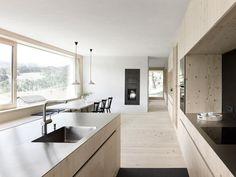 Helle Küche mit Fichtenholz und großen Fenstern - Foto: Adolf Bereuter