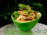 Sopa tailandesa com couve chinesa e frango