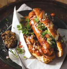 Gourmet hot dog with red onion, chilli and coriander salsa, perfect for bonfire night . Dog Recipes, Cooking Recipes, Oats Recipes, Hamburger Recipes, Grilled Bratwurst, Bratwurst Sausage, Bonfire Night Food, Bonfire Menu, Gourmet Hot Dogs